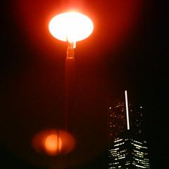 【写真】ミニデジで撮影した街灯越しのランドマークタワー