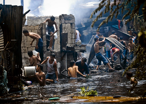 Pinoy Filipino Pilipino Buhay  people pictures photos life Philippinen  菲律宾  菲律賓  필리핀(공화국) Philippines fire sunog looting boys group house burnt looting manila