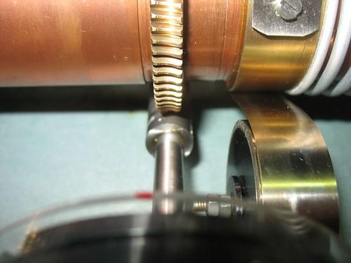 Primer plano del los engranajes del sistema de atenuación.