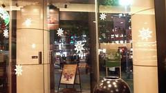 スタバのガラスドアもクリスマス仕様