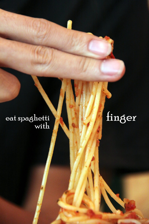eat spaghetti with finger