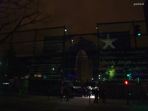 Entrée du musée du Quai Branly, de nuit