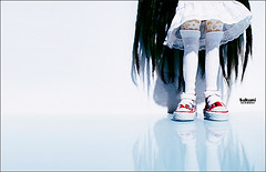 qu'est ce qu'il y a sous les jupes des filles? (1) (  Pounkie  ) Tags: reflection de explore reflet reflect convers dtails takamipullippullip assales shoesles takamipullips