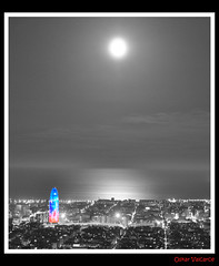 Toque de color (Oskar Valcarce) Tags: barcelona blancoynegro night noche nikon bcn nocturna torreagbar oskarvalcarce