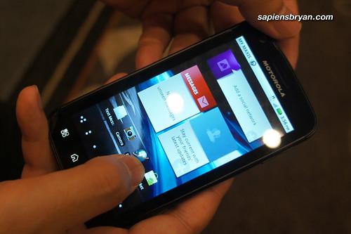 Motorola Atrix, with MOTOBLUR Homescreen.