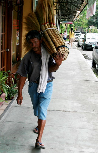 walis tambo vendor peddler man sidewalk davao Pinoy Filipino Pilipino Buhay  people pictures photos life Philippinen  菲律宾  菲律賓  필리핀(공화국) Philippines