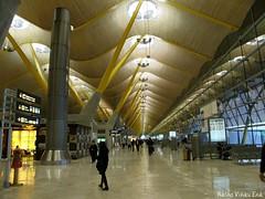 Interminable (Nacho Viñau Ena) Tags: madrid españa europa terminal aeropuerto comunidaddemadrid bajaras unióneuropea