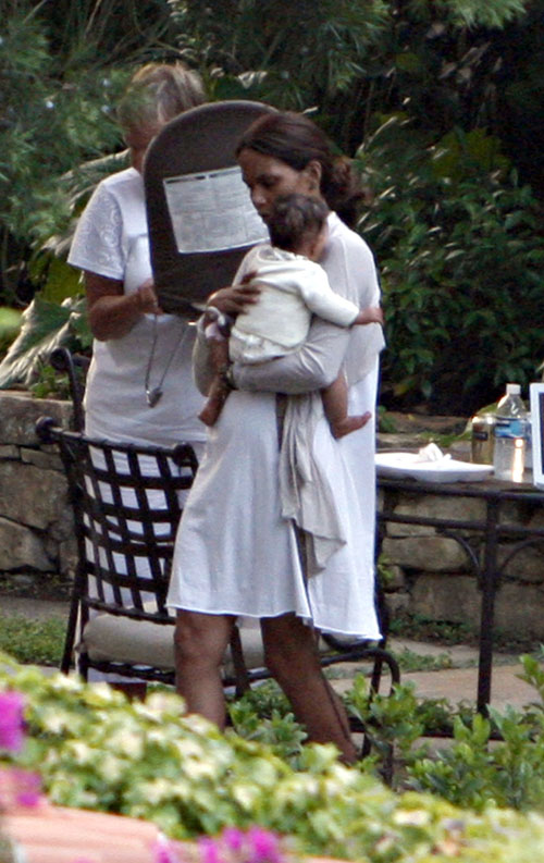EXCLUSIVE...World's First Pix of Halle Berry's Daughter! 1/1