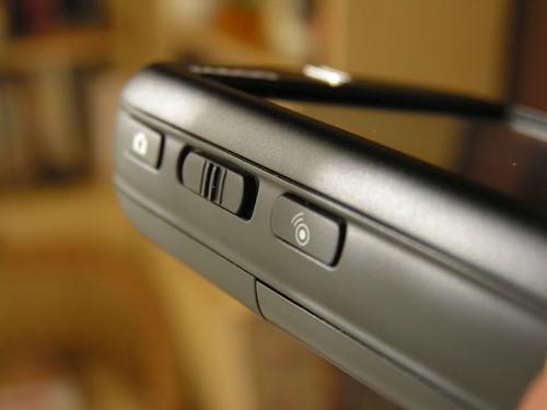 Controles laterales (cámara, volumen y comunicaciones)