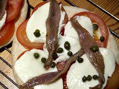 Pizza med ansjoser og kapers