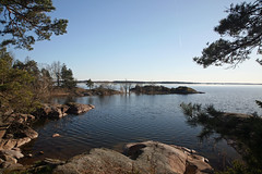 Happy harbor (dukematthew2000) Tags: blue sun tree water harbor rocks sweden sverige roxen
