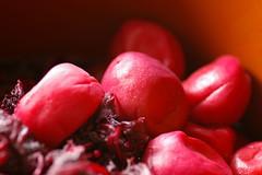 天日干しの前の梅と赤ジソ