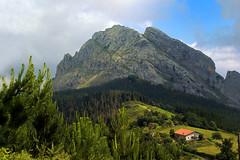 Pea de Untzillaitz con retoque (Oscar Garca) Tags: espaa mountain grass rock spain country hill pico colina montaa basque vizcaya pea mugarra