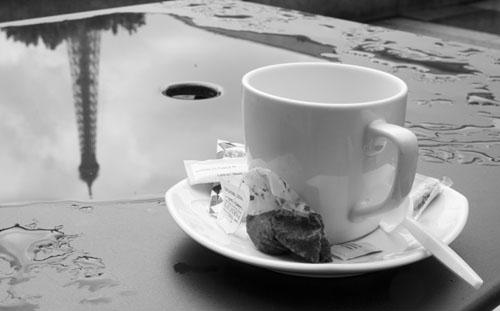 Fotografía de Roger Prat de una mesa de una terraza que sostiene una taza de té y refleja la Torre Eiffel de París