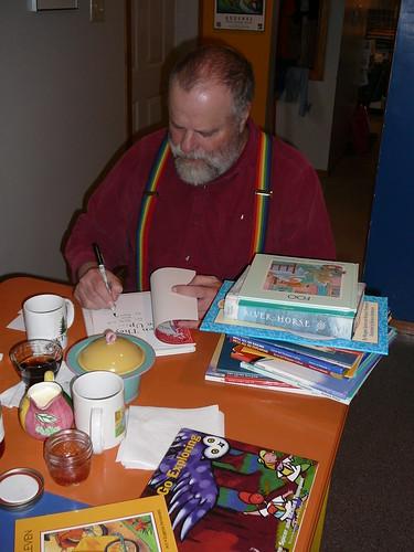 Richard firmando los libros que el escribio y nos regalo