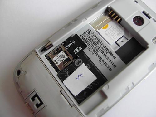 如要替換 microSD 記憶卡,用家先需打開機背蓋,再拿出電池,然後才可以,十級麻煩。