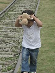 妹妹背著小熊熊