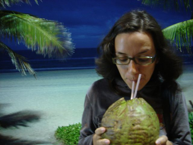 água de coco na praia, à noite