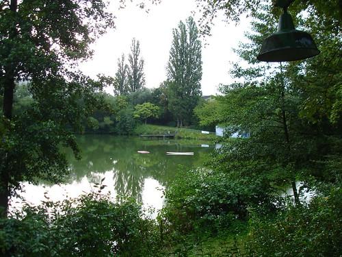 Schwedlersee bei Tag lauschiges Grün ums Wasser herum.