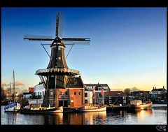 The Adriaan Windmill of Haarlem... (B'Rob) Tags: wood city travel blue light sunset cloud streetart holland color art tourism haarlem netherlands windmill spaarne azul museum 1932 atardecer photography boat photo yahoo google madera nikon flickr barco ship symbol picture ciudad tourist colores best molino explore most cielo holanda markt adriaan smock mejor grote tradición d300 xviii 18200mm brob explored brobphoto