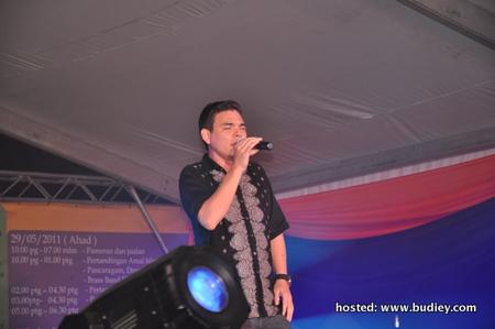 Yasin menyampaikan lagu Berkobar-kobar, Nari Nari (Arab) dan Nur Kasih