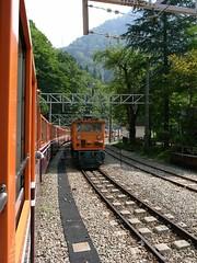反対方向からのトロッコ電車とすれ違う