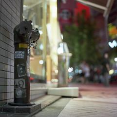 fire hydrant (F_blue) Tags: tokyo sticker kodak shibuya hasselblad stm  qp 500cm portra160nc planart querenciapeligrosa c8028 fblue2008