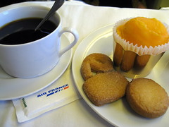 Coffee (Σταύρος) Tags: cookies mangosorbet sugar katvik quebec worldbusinessclass canada 083 skyteam 1933 airfrance lespaceaffaires businessclass 747 boeing 747400 coffeeshop ca b747 caffe azucar gula vacanze worldtraveler vacation rtw roundtheworld caffè kahwa coffee cafè cafe holiday globetrotter seatbacktray seatbacktable coffi kaffee koffie καφέσ café кофе コーヒー 咖啡