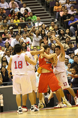 Fitzgerald caught in a tussle (fb_espeleta) Tags: singapore purefoods slingers