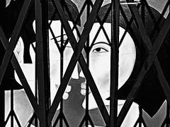 PaRíS...Amor entre Rejas/Love between Grates. (ToniMolero07) Tags: bw woman man france art love metal painting mujer arte amor picture montmartre bn tienda francia hombre grates pintura parís cuadro rejas tends rubyphotographer tonimolero