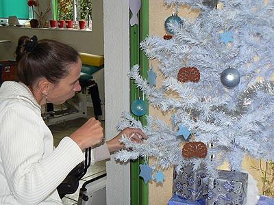 Laurence décore le sapin.jpg
