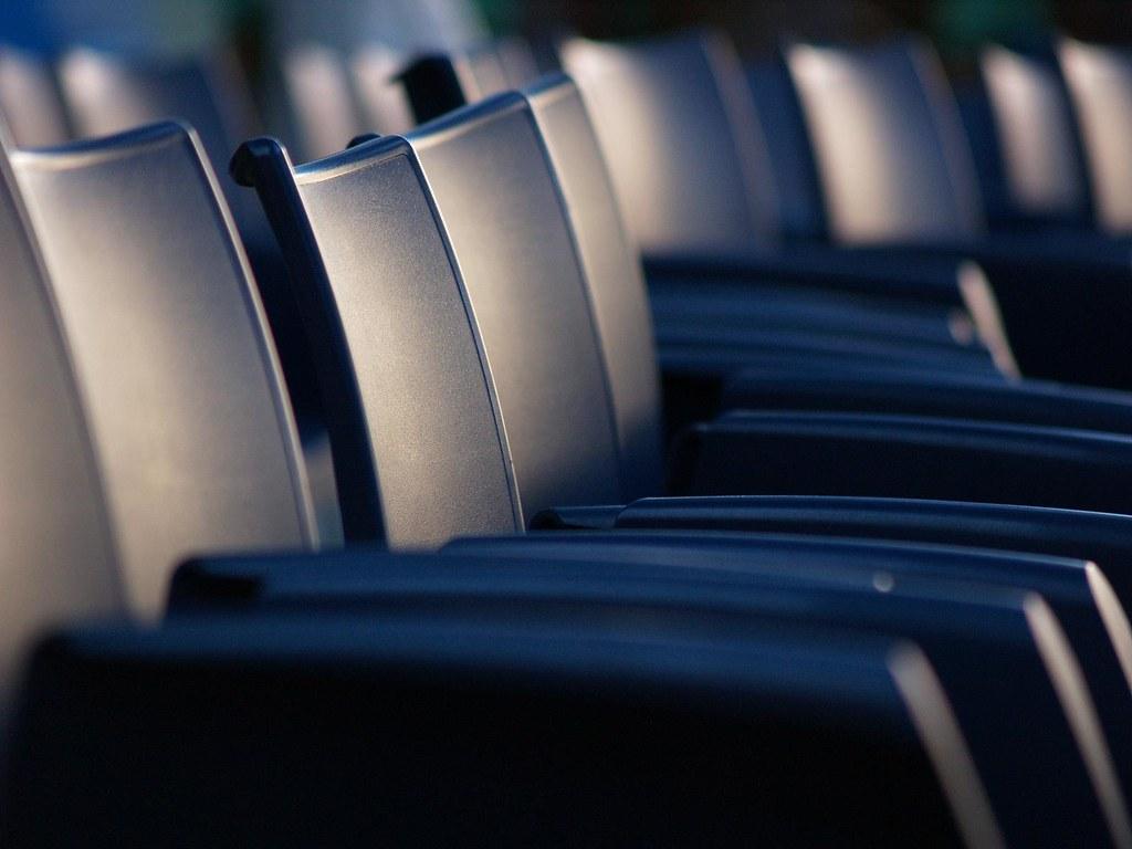 sillas esperando a un concierto