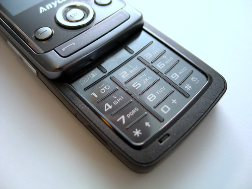J808 的數字鍵盤,全部內嵌於金屬面板,使用時會較容易按鍵按鍵。