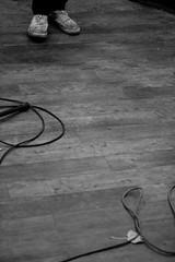 Vom Segeln / 80km vor Baghdad Tour - Leipzig (__J) Tags: blackandwhite bw music white black canon eos concert tour floor live parkett cable dirty leipzig converse sw musik konzert filthy schwarzweiss holz weiss chucks schwarz kabel boden gaffa conneisland dreckig schmutzig connewitz 400d canoneos400d vomsegeln 80kmvorbaghdad 80kmvorbagdad