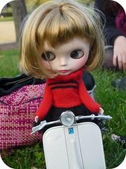 Manuela aprende a montar en moto gracias a sus primas ^_^