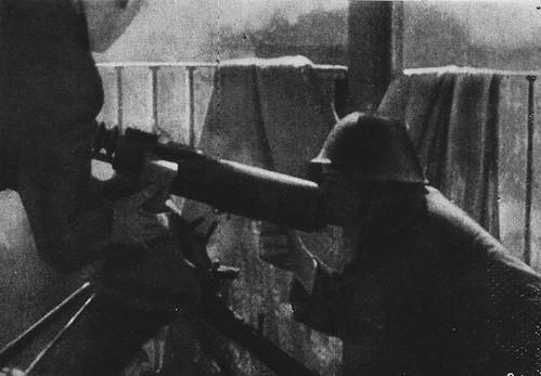 Fuerzas republicanas disparan al Alcázar desde balcones de casas de Toledo.