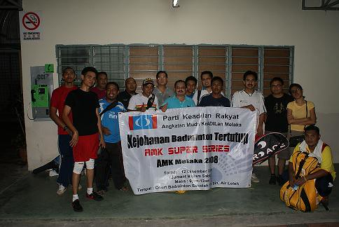 Shamsul bergambar bersama para peserta dan penganjur Kejohanan Badminton AMK Melaka