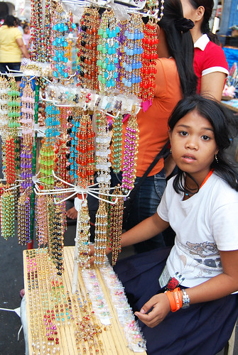 girl street market vendor sells necklace Pinoy Filipino Pilipino Buhay  people pictures photos life Philippinen  菲律宾  菲律賓  필리핀(공화국) Philippines