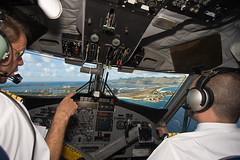 Turning finals for Maho Beach (JurgenRadier) Tags: cockpit final approach stmaarten sxm antilles twinotter tncm mahobeach sunsetbeachbar winair jumpseat dhc6