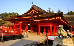 El santuari de Itsukushima / Itsukushima shrine (SBA73) Tags: red japan rojo shrine lion unesco leon noh nippon vermell shinto jinja nihon kami jap worldheritage komainu santuario itsukushima japn humanidad patrimonio shintoism patrimoni shintoist   haiden  lleo santuari hatsukaichi chugoku  kaguraden saeki sintoismo humanitat colourartaward sintoista sintoisme
