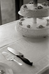 Wedding cake (YYL Photography) Tags: leicam black white blackandwhite film notdigital leica leicasummitar50mmf20ltm neopan1600 m4p 50mm wedding cake knife nostalgia summitar neopan 1600 vintage ltm rangefinder yylphotography light window windowlight fuji fujifilm table tablecloth serving utensils plates blackwhite bw biancoenero noiretblanc bianco nero noir blanc negroyblanco negro blanco