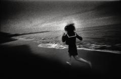 hibernetic dream (TommyOshima) Tags: beach girl monochrome voigtlander f45 konica 15mm kk swh hibernation superwideheliar apocrypha hexarrf tanatos   kinakokocteau voigtnalder