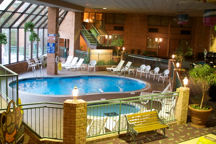 2410669155 a2eb8db0f8 o la piscine dans lhotel