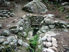 Sur le sentier de descente à San Gavinu : la fontaine de Naseu