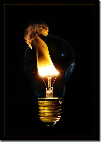 Durchbrennende Glühbirne. Quelle: _Beat_【ツ】s via Flickr