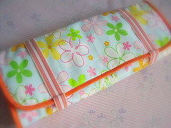 Flores, flores   (Carina Esteves) Tags: quilt handmade carina feitomo craft sew fabric cotton tecido algodo makeupcase elastico portatreco esteves portatudo portamaquiagem portabijoux carinaesteves