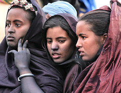 Young Tuareg girls, Mali (Mark William Brunner) Tags: africa blue girls portrait woman sahara beauty canon desert indigo mali girlfriends blueface younggirls festivalaudesert youngafricanwoman tribalgirls markbrunner markwilliambrunner beautifulafricanwoman youngbeautifulwoman threeyoungtuaregwomaninmali
