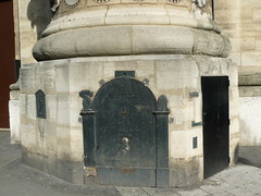Paris:  droite, la porte (1 mtre 30 environ) par laquelle  quelques privilgis peuvent aujourd'hui, pntrer dans la tour, seul vestige du palais de Catherine de Mdicis, au sommet de laquelle elle allait consulter les astres avec Ruggieri. (Marie-Hlne Cingal) Tags: door paris gate porte nostradamus portail ruggieri catherinedemdicis