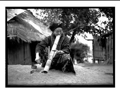 l'opium (VARTAO) Tags: portraits temple noiretblanc religion asie yunan chine reportage fumer priere offrande taoisme yikin