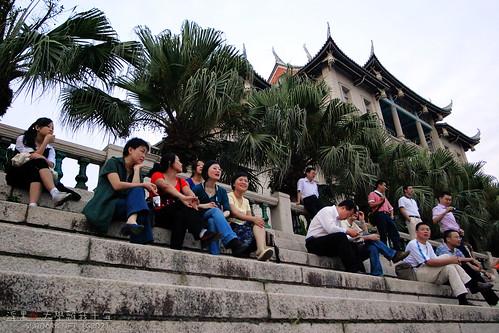 我们坐在高高的建南大礼堂旁边…….